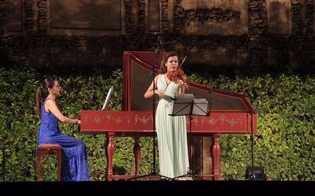 Anna Urpine y Eva del Campo durante las 'Noches en los Jardines del Real Alcázar'.
