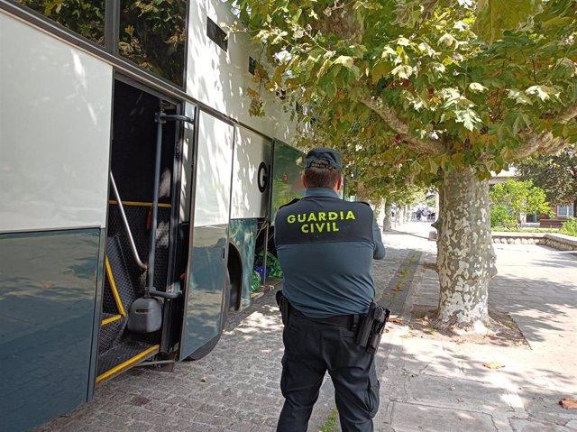 Furgón policial en el que han llegado los detenidos del macrobotellón de Noja a los juzgados de Santoña