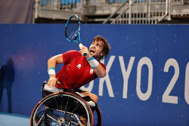 Daniel Caverzaschi golpea una bola durante su partido ante el belga Joachim Gerard en los octavos de final de los Juegos Paralímpicos de Tokio