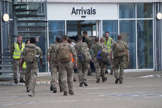 29 August 2021, United Kingdom, Carterton: Members of the British armed forces 16 Air Assault Brigade walk to the air terminal after departing a flight from Afghanistan at RAF Brize Norton, Oxfordshire, following their return from helping in operations to