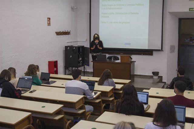 Archivo - Una profesora dando clase en la Universidad de Granada (UGR)