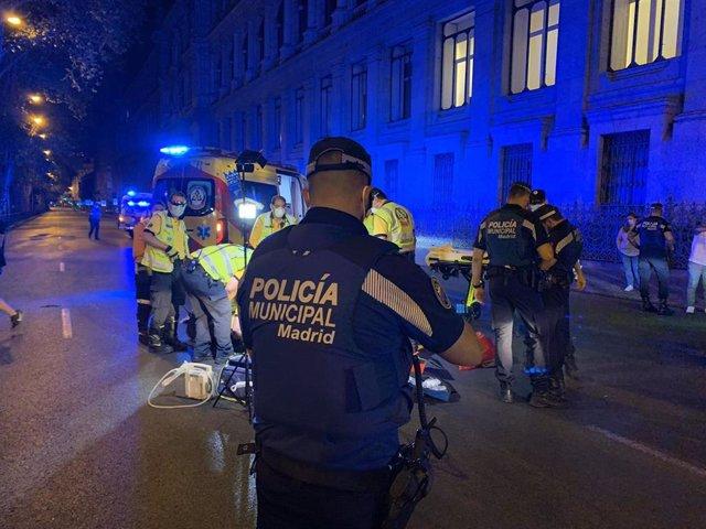 Policía Municipal de Madrid y Samur-Protección Civil atendiendo el atropello