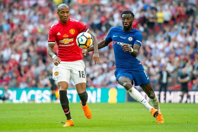 Archivo - Ashley Young of Manchester United and Tiemoué Bakayoko of Chelsea during the The FA Cup Final match between Chelsea and Manchester United at Wembley Stadium, London, England on 19 May 2018. Photo by Salvio Calabrese.