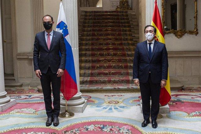 El ministro de Asuntos Exteriores de Eslovenia, Ane Logar (i), posa con el ministro de Asuntos Exteriores, Unión Europea y Cooperación, José Manuel Albares (d), a 30 de agosto de 2021, en el Palacio de Viana, Madrid, (España). Esta ha sido la primera vez