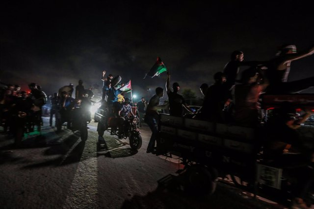 28 August 2021, Palestinian Territories, Gaza City: Palestinian protesters take part in a demonstration along the border between the Gaza Strip and Israel east of Gaza City denouncing the Israeli blockade of the Palestinian sector. Photo: Mohammed Talaten