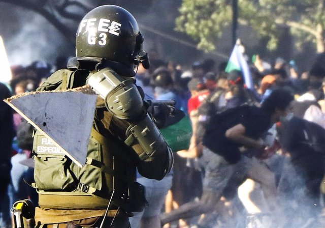 Archivo - Carabinero durante las protestas sociales en Chile.