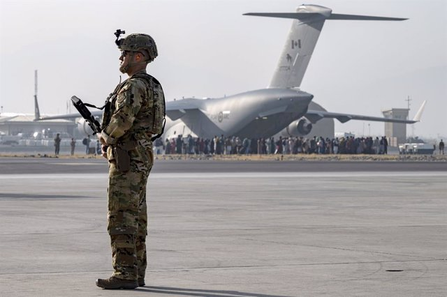 20 August 2021, Afghanistan, Kabul: A US Air Force soldier stands guard as evacuees are loaded onto a C-17 Globemaster III aircraft during the evacuation process at Hamid Karzai International Airport. Photo: Sra Taylor Crul/U.S. Air/Planet Pix via ZUMA Pr