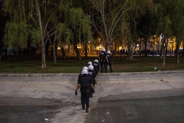 Diversos agents de Mossos d' Esquadra, al parc de l'Espanya Industrial, durant les festes del barri barceloní de Sants.