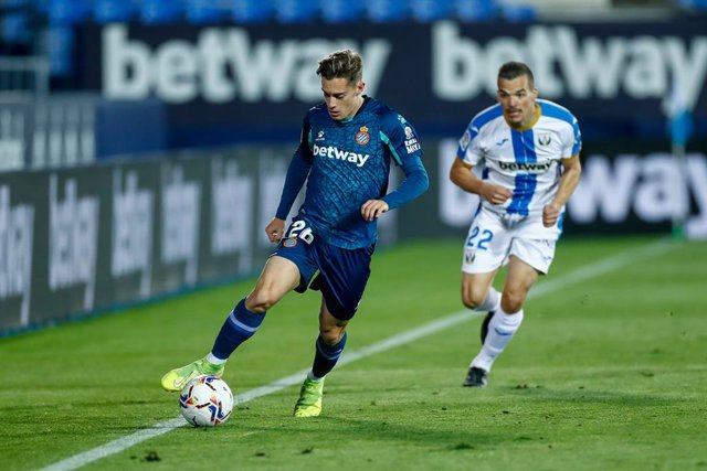 Archivo - Pol Lozano of Espanyol and Kevin Bua of Leganes in action during the spanish second league, Liga SmartBank, football match played between CD Leganes and RCD Espanyol de Barcelona at Butarque stadium on november 26, 2020, in Leganes, Madrid, Spai