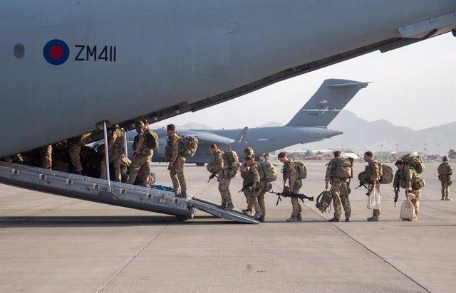 HANDOUT - 28 August 2021, Afghanistan, Kabul: A Handout picture by the UKMinistry of Defence (MoD) on 28 August 2021 shows military personnel onboarding an A400M aircraft departing Kabul. Photo: Jonathan Gifford/Mod via PA Media/dpa - ATTENTION: editoria