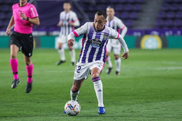 Archivo - Fabian Orellana of Real Valladolid in action during La Liga football match played between Real Valladolid and Real Madrid at Jose Zorrilla stadium on February 20, 2021 in Valladolid, Spain.