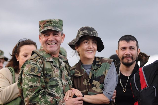 El general del Ejército de Colombia, Mario Montoya, junto a Ingrid Betancourt, quien fuera rehén de las FARC.