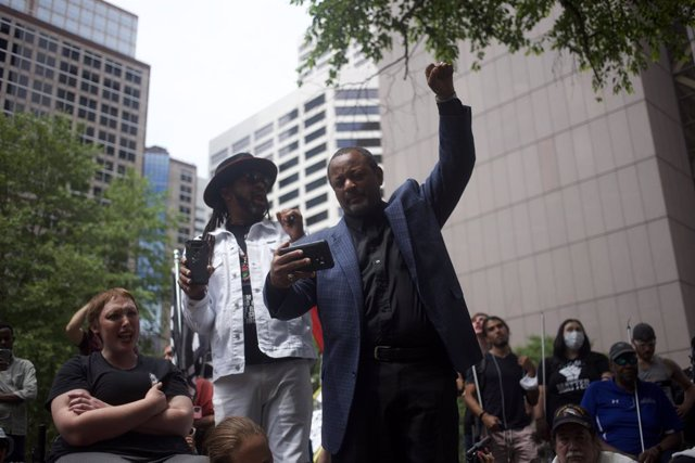 Archivo - 25 June 2021, US, Minneapolis: People gather outside the Hennepin County courthouse during the sentencing proceedings of former police officer Derek Chauvin, who was convicted for murdering African-American George Floyd. Chauvin was sentenced to