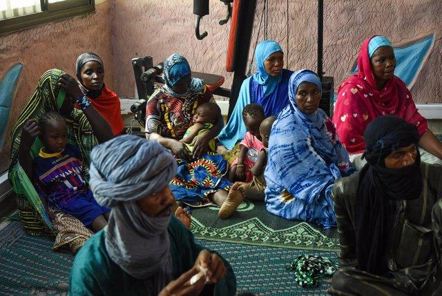 Archivo - Un grupo de refugiados en Gao (Malí)