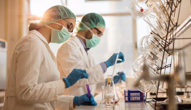 Archivo - Investigadores en un laboratorio