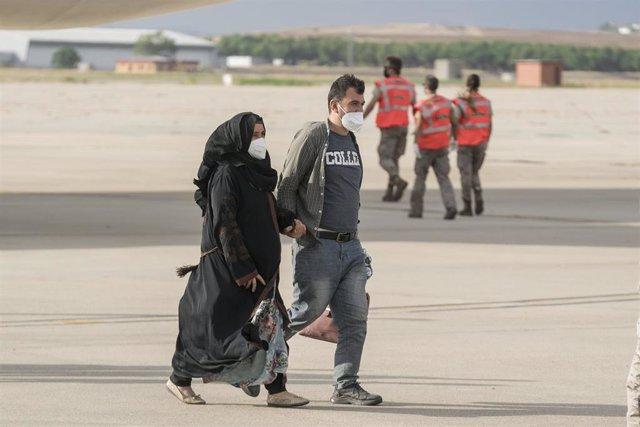 Dos personas procedentes de Afganistán llegan en un nuevo avión militar a la base aérea de Torrejón de Ardoz, a 23 de agosto de 2021