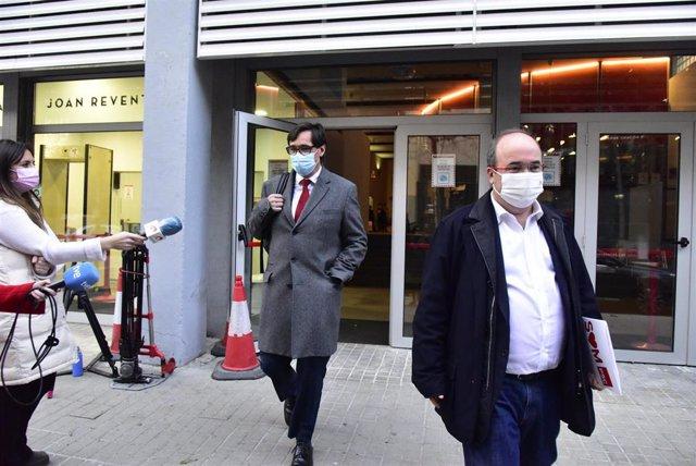 Archivo - El ministro de Sanidad, Salvador Illa (i), y el primer secretario del PSC, Miquel Iceta (d), salen de la sede del PSC Catalunya, en la calle Pallars, para dirigirse a la sede del PSC Barcelona, en Barcelona, Cataluña (España), a 30 de diciembre