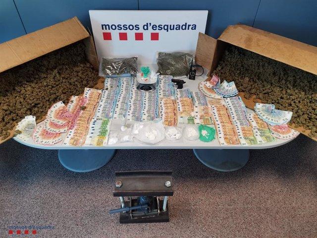 Imatge del material que han confiscat els Mossos d'Esquadra