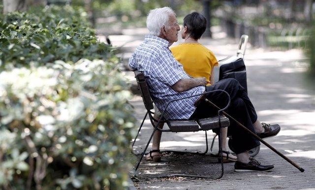 Archivo - Un pensionista descansa en un banco de un parque de Madrid.