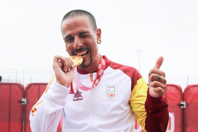 Sergio Garrote con su medalla de oro en la crono de bicis de mano H2 de los Juegos Paralímpicos de Tokio
