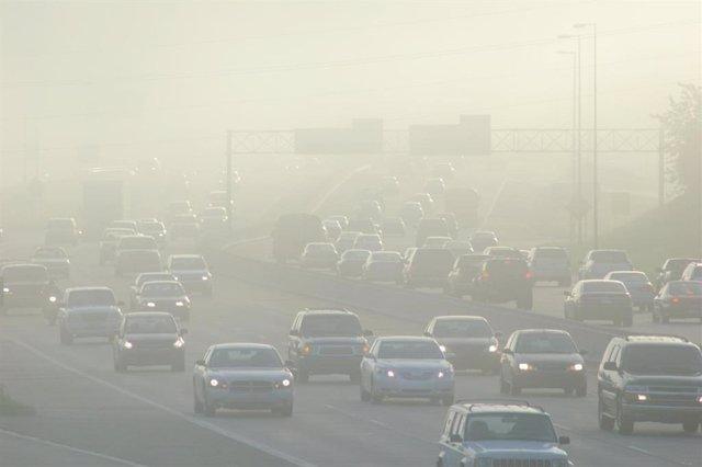Archivo - Contaminación, tráfico, atasco, coches, niebla