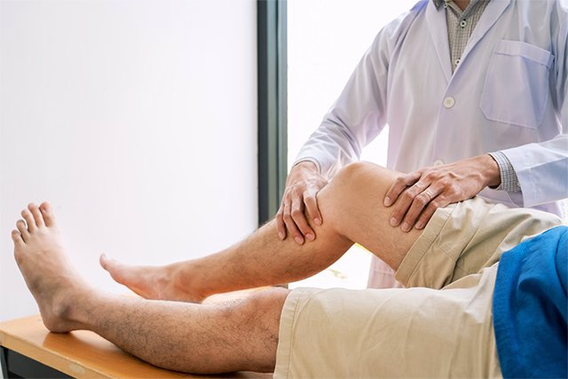 Archivo - Physiotherapist doctor rehabilitation consulting physiotherapy giving exercising leg treatment with patient in physio clinic or hospital