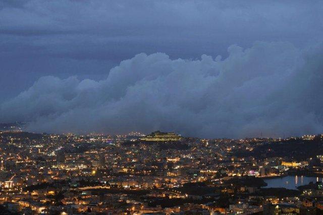 Archivo - 05 June 2020, Saudi Arabia, Abha: A huge amount of dark clouds pass over Abha city. (Best quality available) Photo: -/Saudi Press Agency/dpa