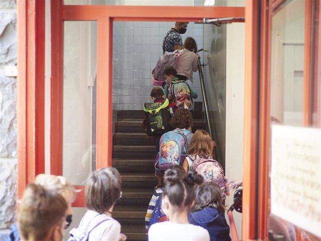 Archivo - Vuelta al cole en el colegio publico Victor Pradera de Pamplona,  4 de septiembre de 2020.