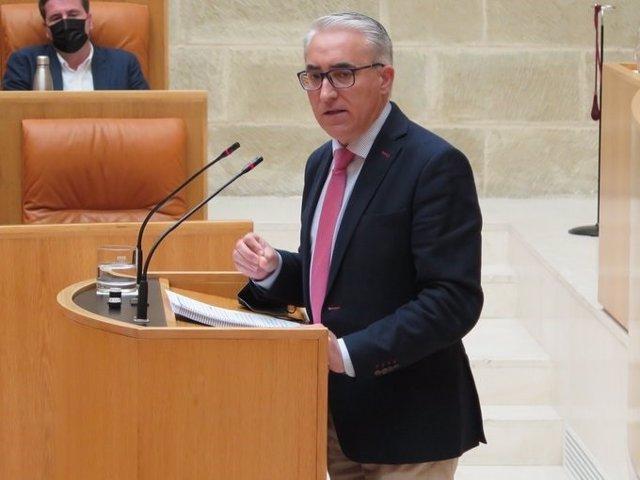 Archivo - El portavoz del PP en el Parlamento, Jesus Ángel Garrido, interviene en el pleno ante la mirada del coordinador de la formación, Diego Bengoa