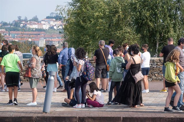 Un grupo de menores junto sus acompañantes, en la cola para recibir la vacuna contra la Covid en la Ciudad de la Cultura de Santiago, en agosto de 2021.
