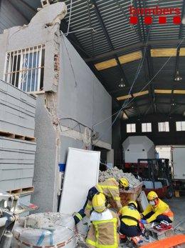 Rescaten dues persones sota els enderrocs després de caure un mur al Prat de Llobregat (Barcelona)