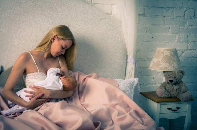 Archivo - Breatfeeding baby. Mother nursing her child. Newborn eat breast milk.