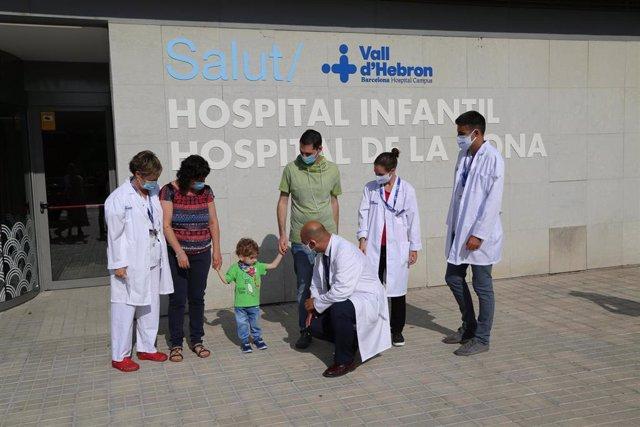 El receptor del órgano y su familia con personal del Hospital Vall d'Hebron de Barcelona