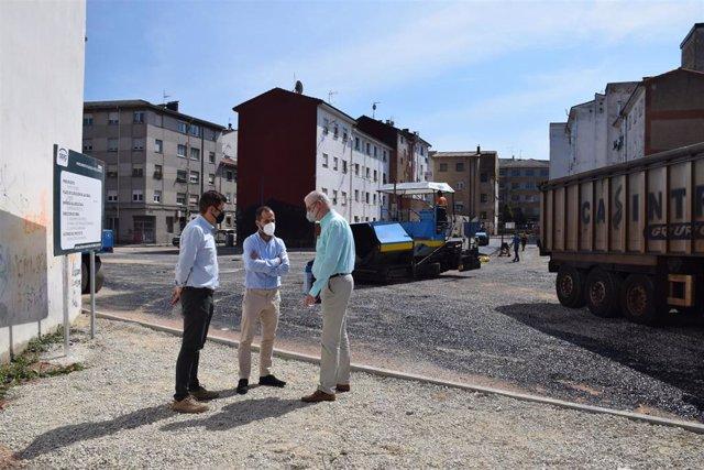 El alcalde de Siero, Ángel García, visita el inicio de las obras para un aparcamiento en el solar cercano al parque de la Paz de Lugones