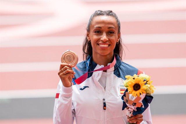 Ana Peleteiro, del Equipo Español, posa con la medalla de bronce conseguida en triple salto de atletismo durante los JJOO 2020, a 2 de agosto, 2021 en Tokio, Japón