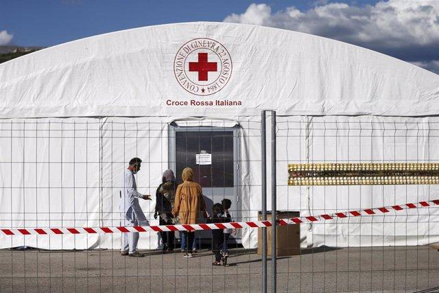 Campamento para refugiados afganos en Italia