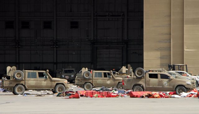 Vehículos abandonados en el aeropuerto de Kabul