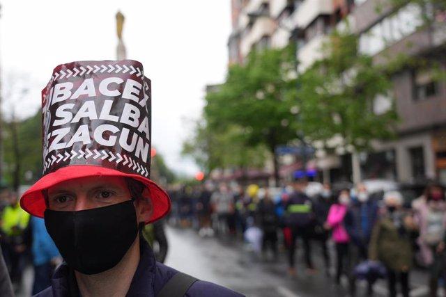 Archivo - Una mujer participa en una manifestación de trabajadores de Tubacex