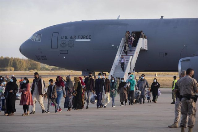 Refugiados afganos desembarcan de un avión estadounidense de transporte militar en la base de Rota