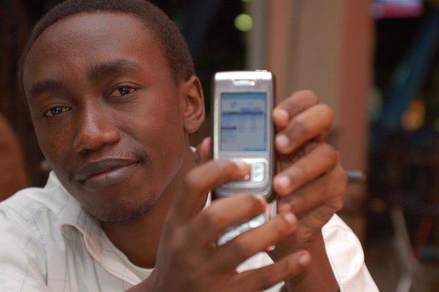 Archivo - Aumento de demanda de móviles en África