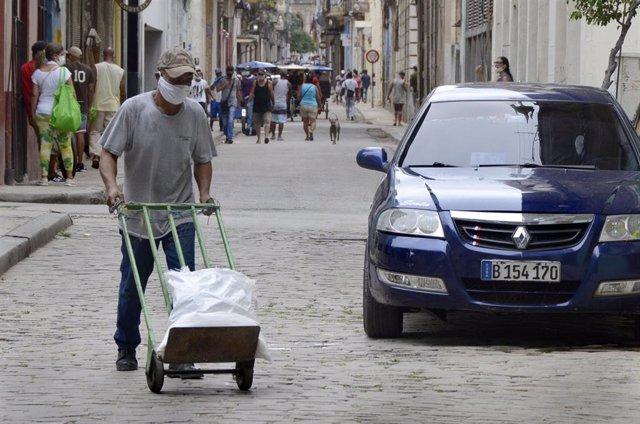 Un trabajador con mascarilla en La Habana