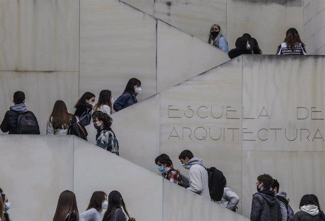 Archivo - Varios estudiantes en una facultad de la Universidad Politécnica de Valencia (UPV), en una fotografía tomada el pasado 1 de marzo de este año