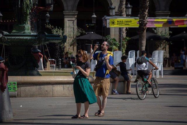Arxiu - Dos turistes a la plaça Reial de Barcelona