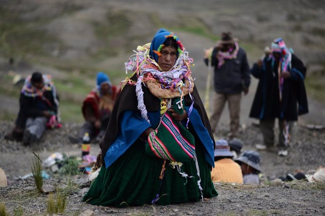 Archivo - 17 February 2021, Bolivia, Pizacavina: An indigenous woman in traditional costumes carries a bag of coca leaves as she participates in a ritual for a good potato harvest. Photo: Radoslaw Czajkowski/dpa