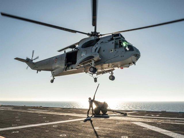 Archivo - Helicóptero de la Armada Española durante una maniobra
