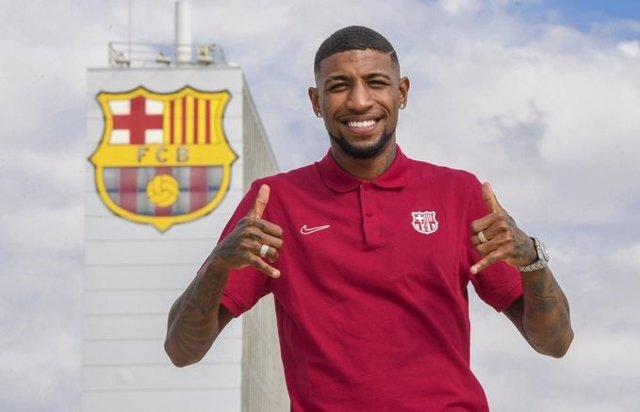Emerson Royal saluda en su primer día en el FC Barcelona