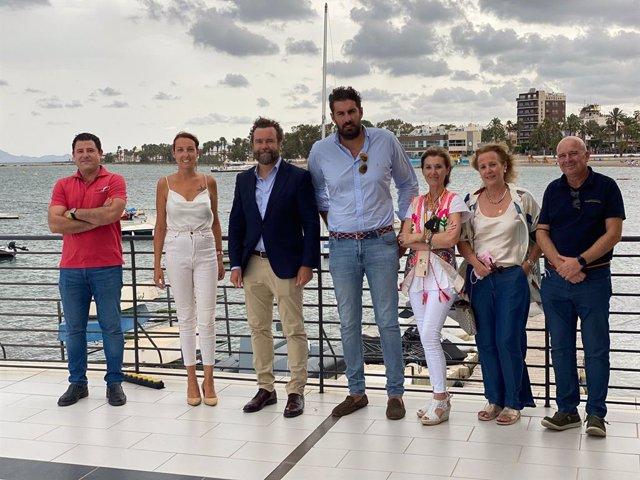 El portavoz de Vox en el Congreso de los Diputados, Iván Espinosa de los Monteros, junto a miembros de su partido