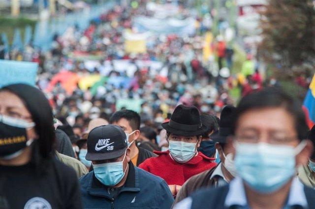 Archivo - El líder indígena Leónidas Iza (en el centro, a la derecha) marcha con indígenas durante una manifestación contra el incremento de los precios del combustible en el marco de la pandemia de COVID-19 en Ecuador.
