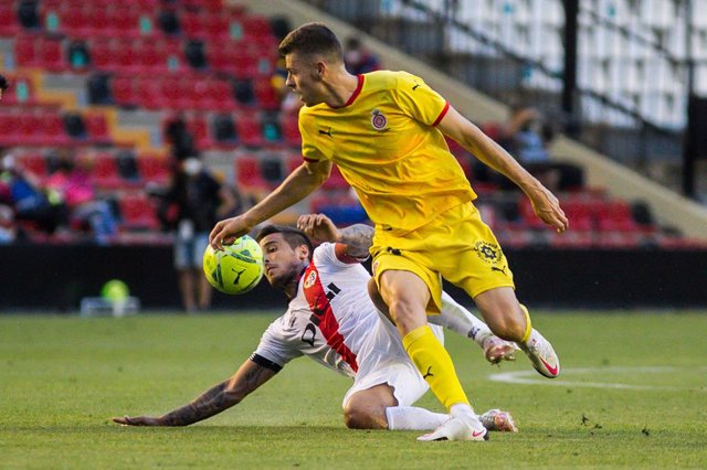 Archivo - Oscar Trejo of Rayo Vallecano and Gerard Gumbau of Girona FC in action during the Liga SmartBank playoff football match played between Rayo Vallecano and Girona FC at Estadio de Vallecas on Jun 13, 2021 in Madrid, Spain.