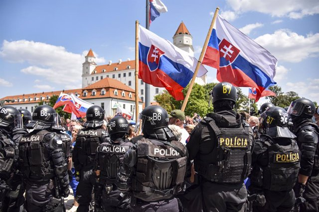 Archivo - 23 July 2021, Slovakia, Bratislava: Police stand in front of protesters who demonstrate against government coronavirus measures and the coronavirus vaccines in front of the Slovak National Council. Photo: Pavol Zachar/TASR/dpa